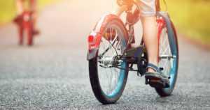 Polkupyörällä suojatietä ylittänyt lapsi menehtyi – kääntyvä kuorma-auto törmäsi kohtalokkaasti