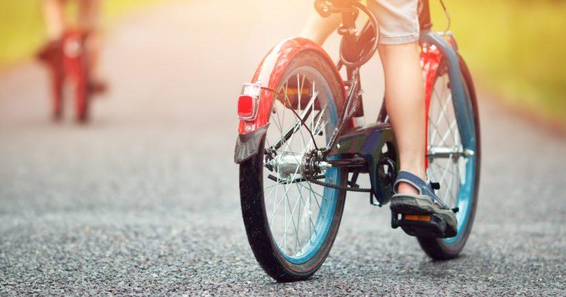 Osa lapsista oli liikkeellä polkupyörällä, osa kävellen.