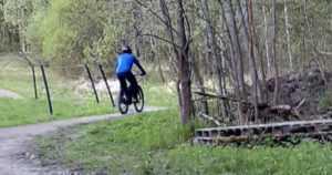 Kiivastunut polkupyöräilijä pahoinpiteli naisen – poliisi pyytää vihjeitä lihaksikkaasta miehestä