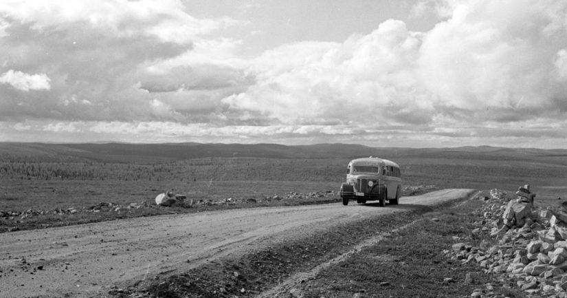 Postiauto nousemassa Kaunispään tunturille Inarissa 1939.
