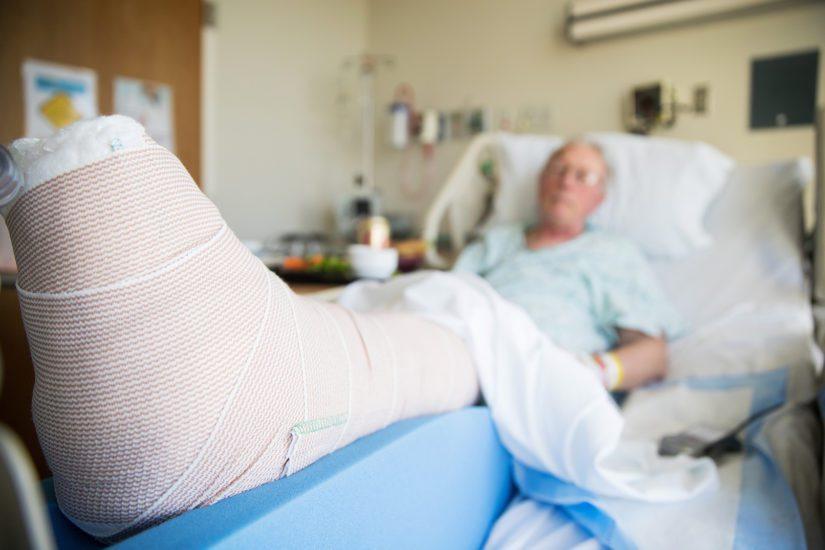 Inhimillisten kärsimysten lisäksi säästöt voivat johtaa huonompiin hoitotuloksiin ja se lisää myös potilasvahinkojen määrää.