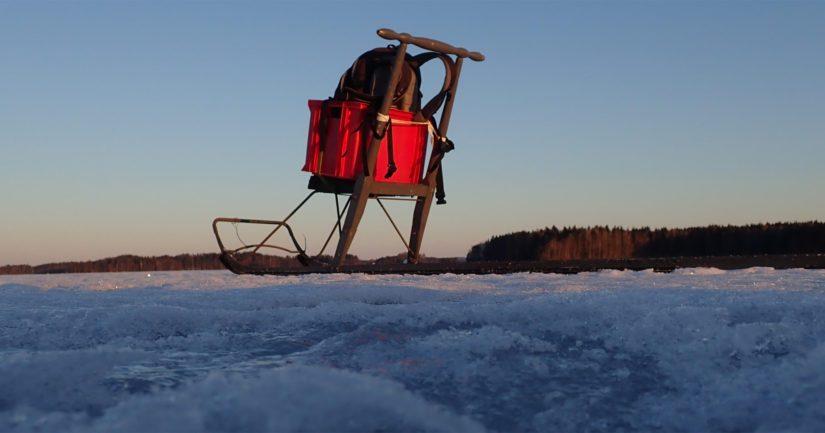 Jäältä löydettiin potkukelkan lisäksi porakone.