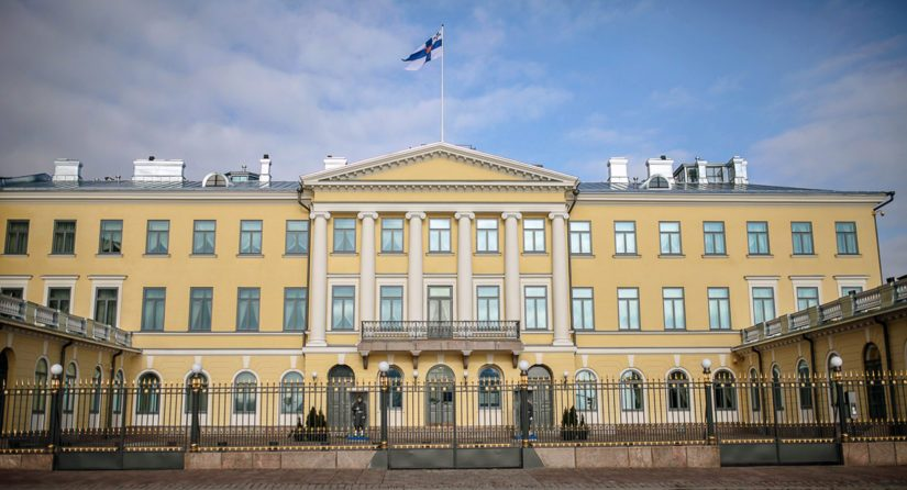 Valtiolippuun, tasavallan presidentin sekä puolustusvoimien lippuun jäi vanhemmasta lipusta muistoksi punakeltainen vaakuna ristin keskelle.
