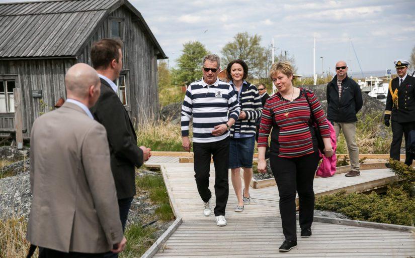 Presidentti Niinistö ja rouva Haukio saapuvat Kokkolan Tankarin majakkasaarelle kaupunginjohtaja Stina Mattilan opastuksella.