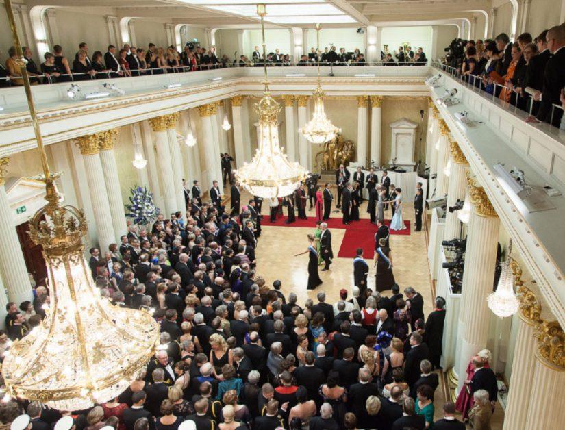 Veteraanit saapuvat ensimmäisenä kättelemään presidenttiparia Jääkärimarssin soidessa.