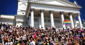 Helsinki Pride on yksi vuoden suurimmista yleisötapahtumista – kirkon väki jakaa halauksia