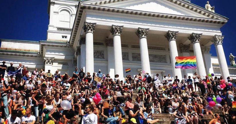 Suomen evankelis-luterilainen kirkko on tänä vuonna yksi Priden virallisista tukijoista, kulkue lähdössä Tuomiokirkolta.