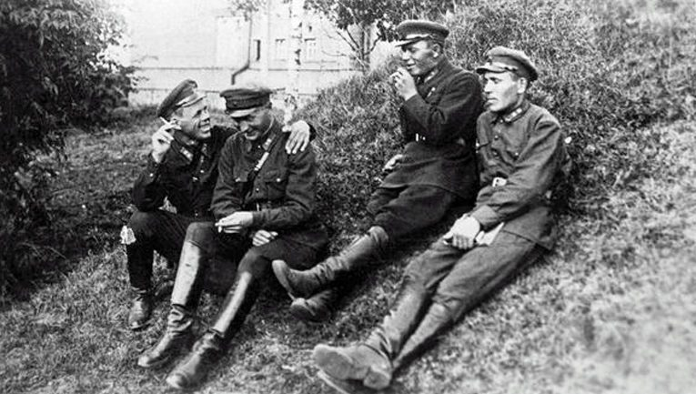 Luutnantit Rikhard Sormunen, Matti Mäkinen, Jaakko Mäki ja Aarne Pohjolainen Petroskoissa kesällä 1934. Muut teloitettiin, vain Sormunen selvisi työleirituomiolla.