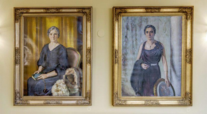 Tasavallan presidenttien puolisoiden muotokuvat ovat Atriumin parvella. Vasemmalla Eero Snellmanin muotokuva Ester Ståhlbergista ja Verner Thomén muotokuva Signe Relanderista.