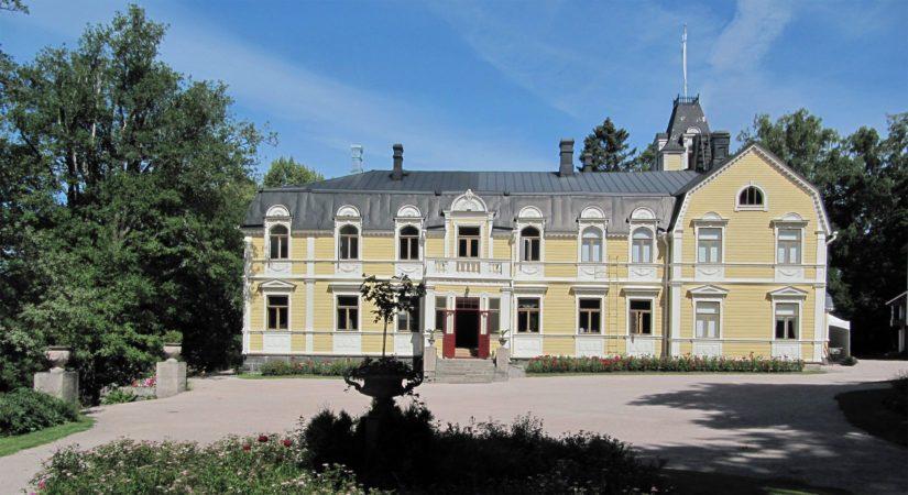 Pakkomyyntiin joutuva Mika Lehdon Pyhäniemen kartanon päärakennus Hollolassa, paikka tunnetaan myös taidenäyttelyistään ja konserteista.