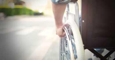 Mopoilija osui pyörätuolia työntäneeseen henkilöön – mustiin pukeutunut kuljettaja ei pysähtynyt