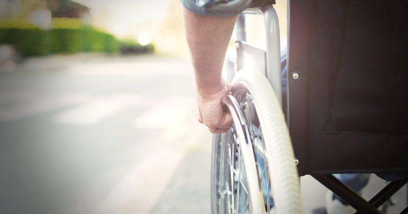 Sekä pyörätuolia työntänyt että pyörätuolissa ollut henkilö saivat lieviä vammoja.