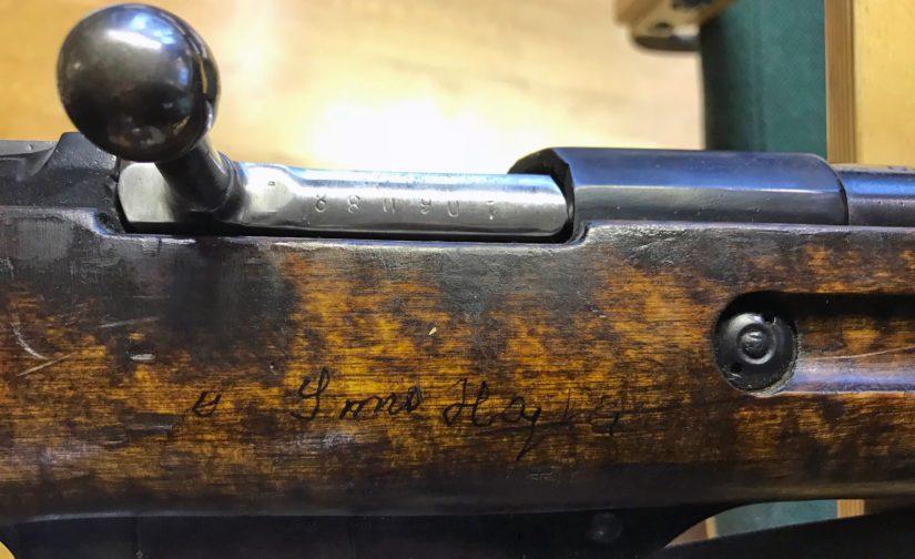 Kyseessä ei ole Simo Häyhän käyttämä Pystykorva-kivääri, mutta nimikirjoitus on aito.