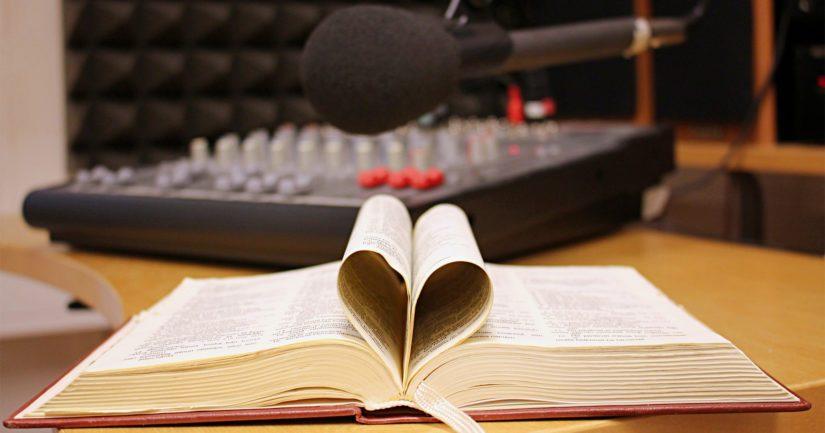 Radion ohella Raamattu kannesta kanteen -opetuksia voi kuunnella myös netistä ja mobiilisovelluksella.