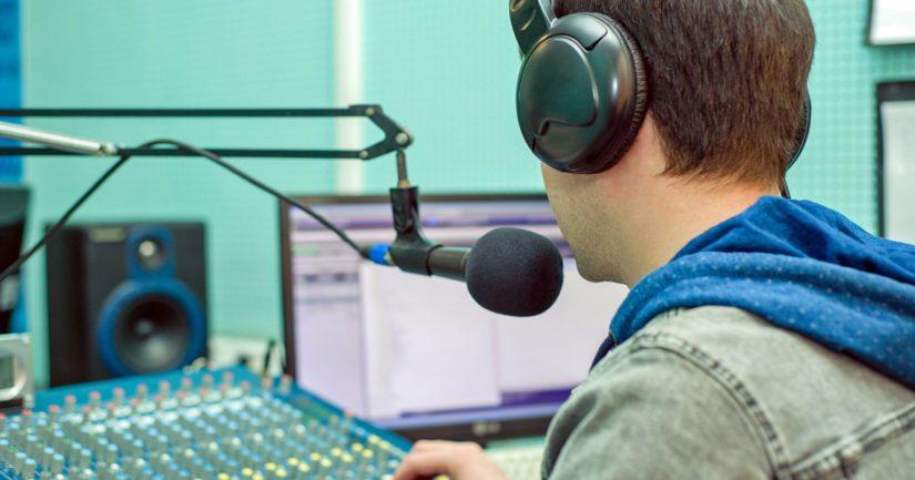 Radioaalloilla kuullaan musiikkia pääosin musiikkipäälliköiden valitsemilta soittolistoilta.