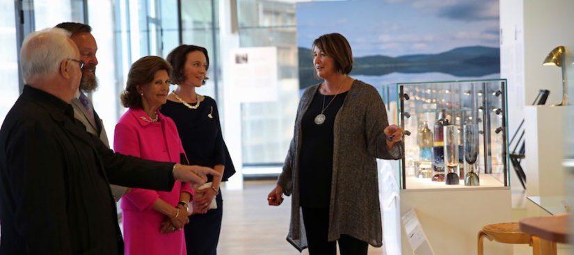 Rafaela ja Kaj Forsblom sekä Kansallismuseon museojohtaja Berndt Arell esittelevät upeaa kokoelmaa.