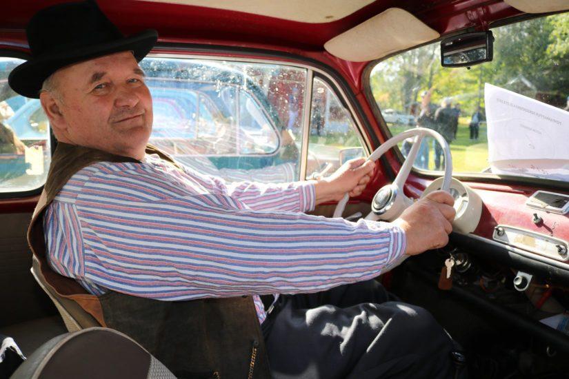 – Rahhaakin on tarjottu viiren tuhannen euron verran, mutta en myy, Raimo Isoaho kertoo ajokistaan.