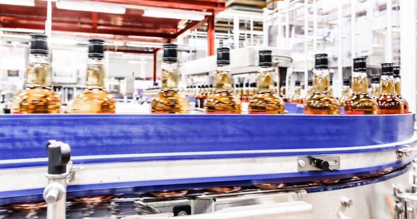 Pullotuslinja Rajamäen tehtailla, jossa alkoholijuomien tuotanto alkoi heti kieltolain kumoamisen jälkeen.