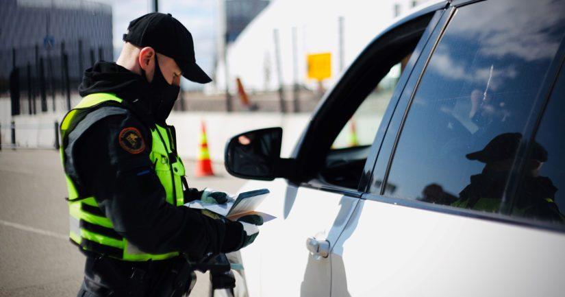 Rajatarkastaja tutkii automatkustajan matkustusasiakirjoja Länsisatamassa.