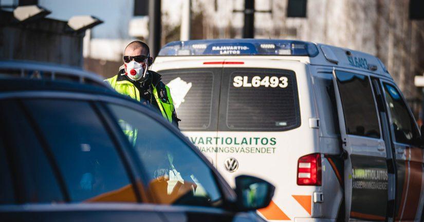 Rajatarkastaja valvoo rajanylitysliikennettä Länsisatamassa.