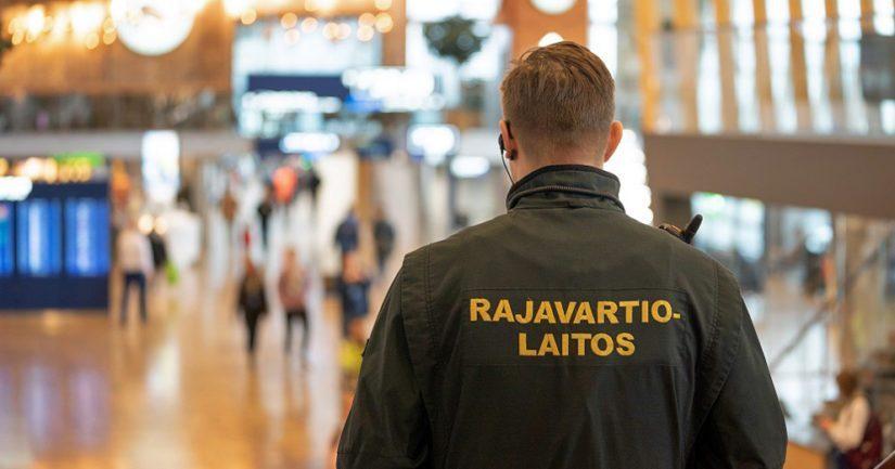Epäilty tehtaili Pakistanin kansalaisille vääriä oleskelulupia Suomeen ja osalle myös Maahanmuuttoviraston päätöksen oleskelulupa-asiassa.