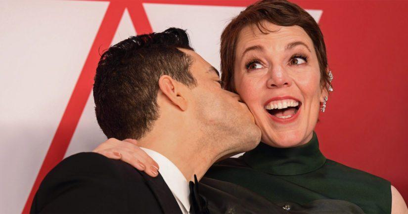 Parhaasta naispääosasta Oscarilla palkittu Olivia Colman saa onnittelusuudelman parhaan miespääosan Oscarin voittaneelta Rami Malekilta.