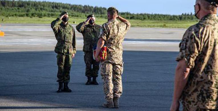 Eversti Joni Lindeman luovuttaa operaatiossa käytetyn kielekkeisen valtiolipun prikaatikenraali Rami Saarelle.