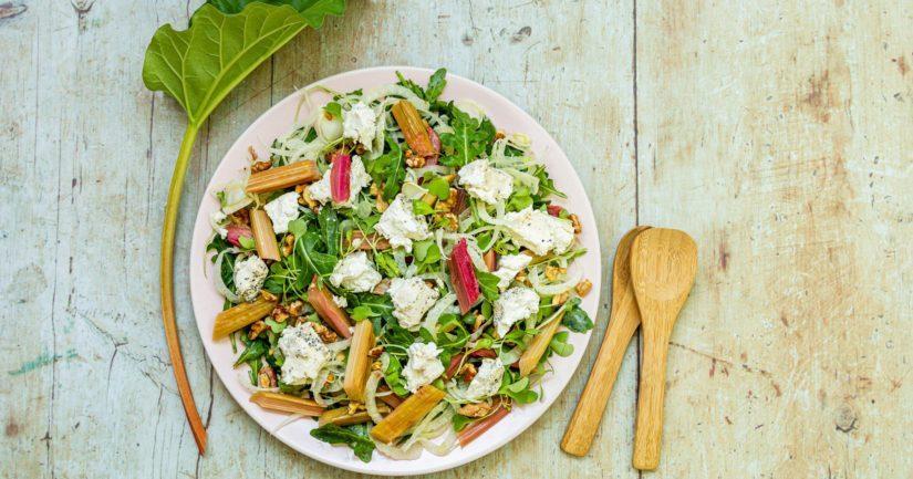 Lisää salaatin päälle raparperi, pähkinät ja murusteltu vuohenjuusto tai salaattijuustokuutiot.