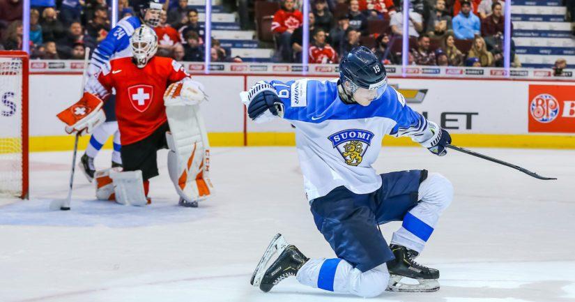 Rasmus Kupari tuulettaa maaliaan, Suomi jatkaa jääkiekon nuorten MM-finaaliin.
