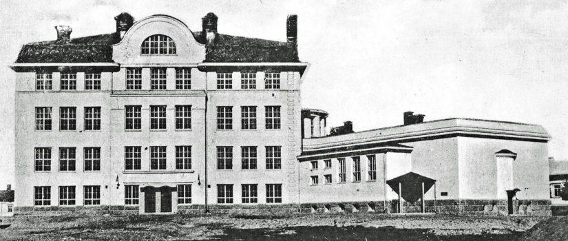 Wivi Lönnin suunnittelemaa jugendtyylistä lyseorakennusta on monen raumalaisen tullut ikävä.