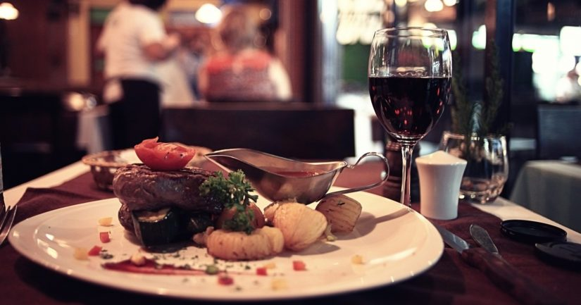 Ravintolat, kahvilat ja anniskelupaikat suljetaan asiakkailta mahdollisimman pian.