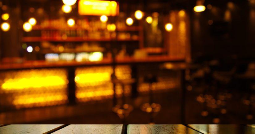 Sekavasti käyttäytynyt mies viilsi itseään mukanaan olleella veitsellä kaulaan ravintolan sisällä.