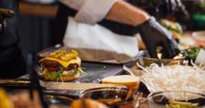 Aikuisten ruokavalio on kaukana suositeltavasta – eväiden syönti työlounaalla on yleistä