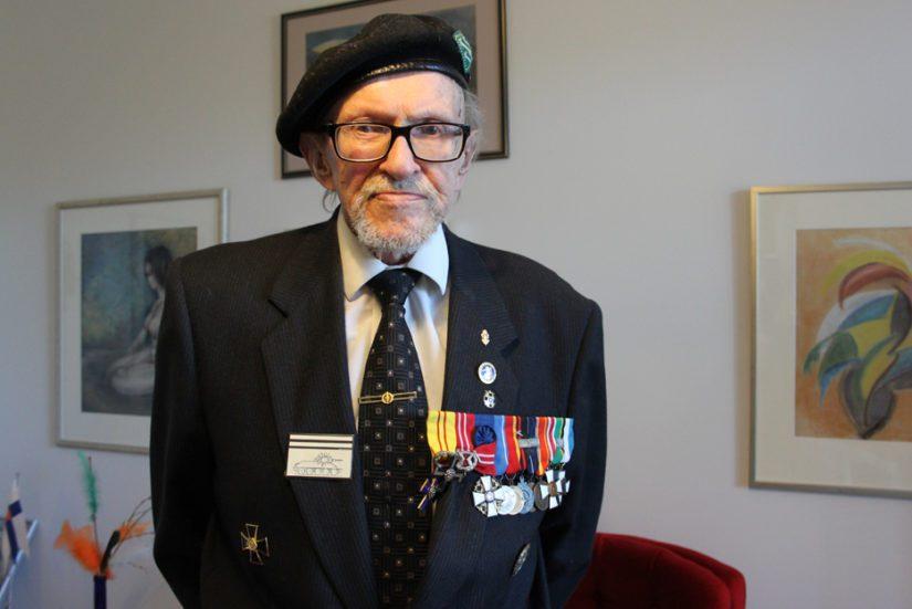Sotakamreerin arvonimen saanut Reino Lehväslaiho on kirjoittanut tähän mennessä 45 sotakirjaa. Reservin vääpelille on myös myönnetty 30 sotilaan kunniamerkkiä.
