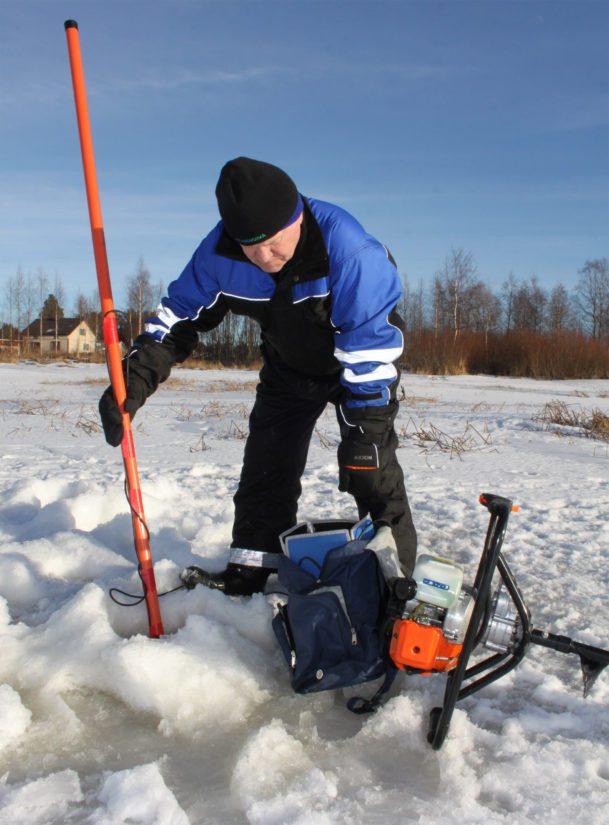 Koiran lisäksi etsijä Savukoskella on käytössään huippulaitteet, kuten muun muassa metallinetsijä, vedenalainen kamera sekä viistokaikuluotain.