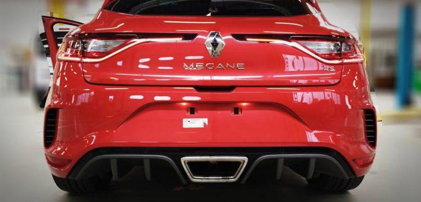 Megane RS:n takapäätä koristaa iso putkenpää ja sitä reunustava diffuusori.