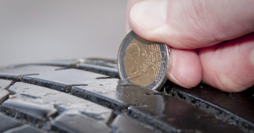 Kesärenkaiden syyskunto on helppo tarkistaa vaikkapa kahden euron kolikolla.