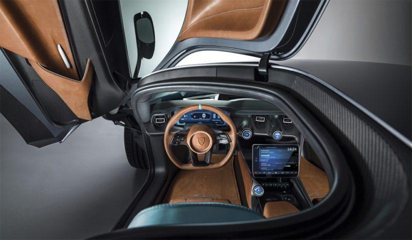 Autossa käytetään myös tekoälyä, ja niinpä kamerat tunnistavat kuskin kasvot.