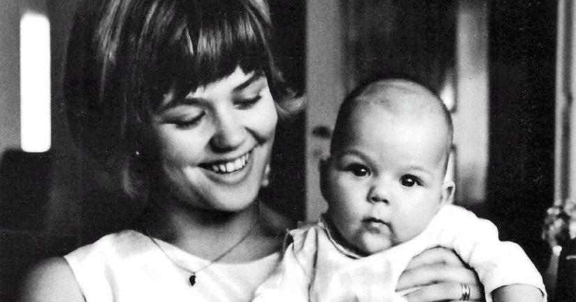 Dramaturgi Ritva Holmberg nuorena, sylissään Annina-tytär vuonna 1965.