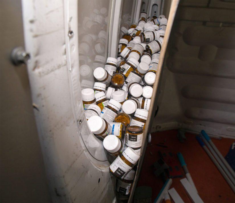 Autoon oli rakennettu väliseinä, jonka takaa lääkkeet löytyivät.