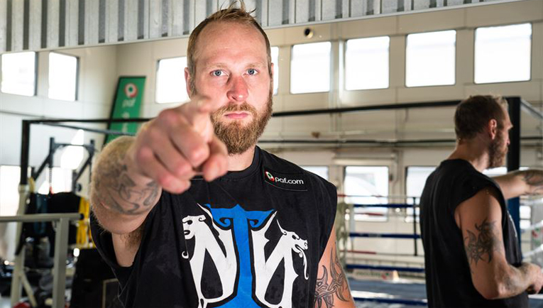 """Raskaansarjan nyrkkeilijä Robert """"Nordic Nightmare"""" Helenius on yksi urheilijoista, joita Paf tukee."""