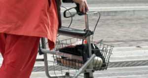 Uhreiksi valittuja vanhuksia seurattiin kaupasta – lompakkovarkauksia tehtaillut mies vangittiin