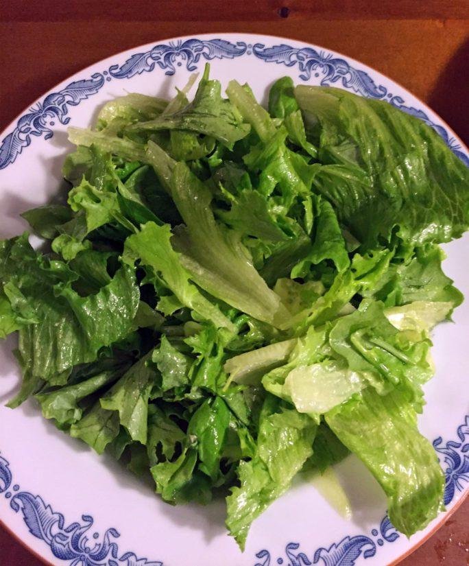 Syvä lautanen on saanut täytteekseen mm. romainea ja basilikaa.