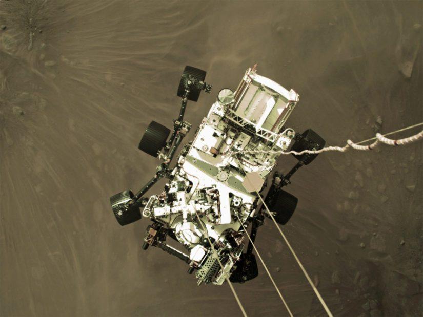 Perseverance laskeutuu Marsiin laskuvarjonsa varassa.
