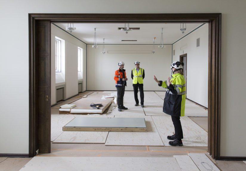 Ryhmähuoneet otetaan entiseen käyttöönsä syksyllä. Kuvassa vasemmalta Lemminkäinen Talo Oy:n työpäällikkö Timo Arponen, eduskunnan rakennuttajapäällikkö Hannu Peltonen ja puhemies Maria Lohela.
