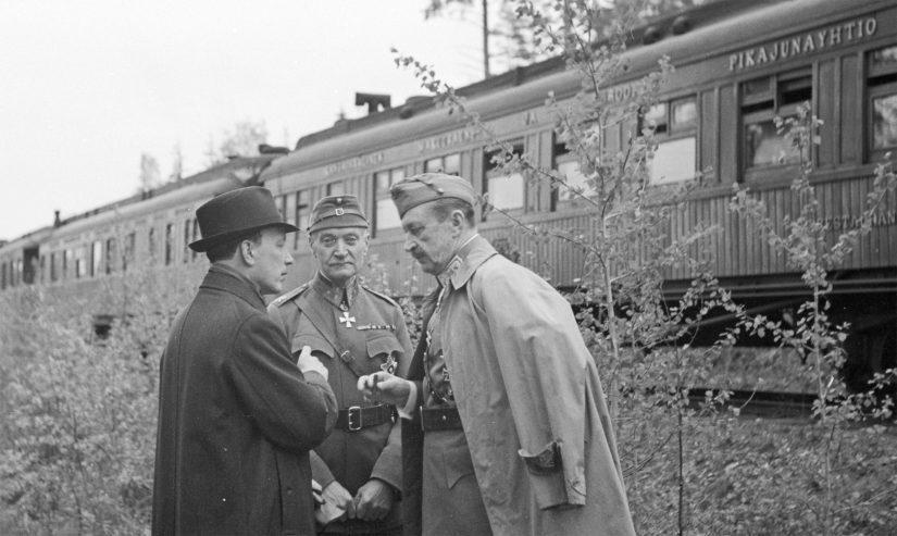 Tasavallan presidentti Risto Ryti, puolustusministeri Rudolf Walden ja marsalkka Mannerheim tapaamispaikkana olleen junan edustalla.