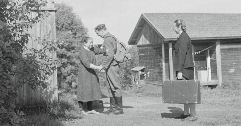 Sodanaikainen kuvateksti kertoo, kuinka yli kahden vuoden jälkeen tapaa SS-mies jälleen äitinsä karjalaisen kotinsa portaitten edessä Kurkijoella.