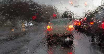 Vesi tulvii Turun moottoritielle – molempiin suuntiin suljetut kaistat ruuhkauttavat liikennettä