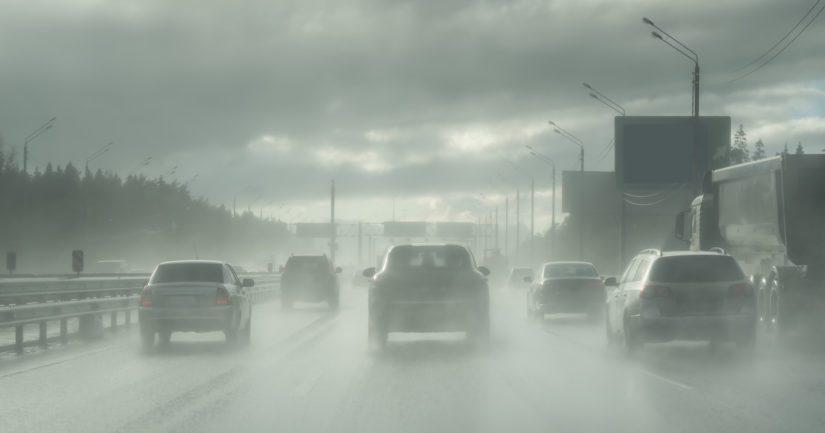 Myrskypuuskat saattavat vaikuttaa auton hallittavuuteen, runsaat vesisateet tuoda vesiliirtovaaraa ja kylmeneminen muuttaa tienpinnat nopeasti liukkaiksi.