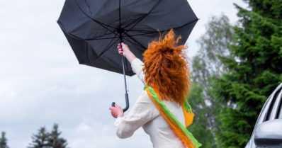 Sade- ja ukkoskuuroja eri puolilla maata – kylmä rintama pyyhkii helteen Suomesta